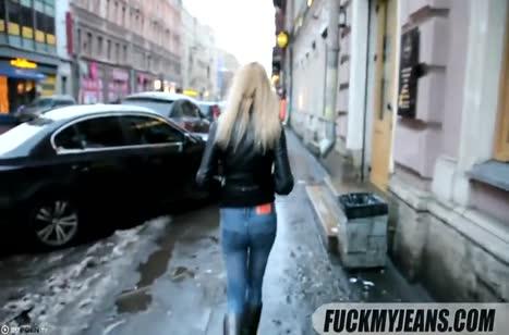 После прогулки блондинку повели трахаться во все дырки
