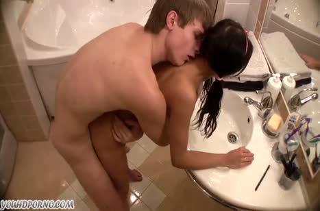 Паренек приласкал молодку в ванной и присунул ей в анал