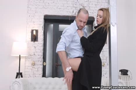 Русская блондинка отдается в лапы к ухажеру