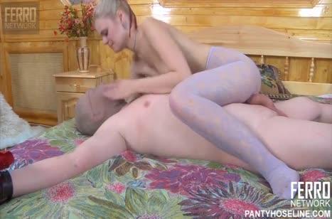Беловолосая женушка страстно развлекается с мужем