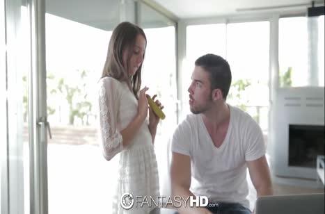 Молодка эротично ест банан и дает своему бойфренду