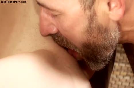 Приставучий мужик посадил русскую блондинку на кукан