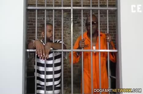 Заключенные затащили русскую блондинку в камеру и трахнули