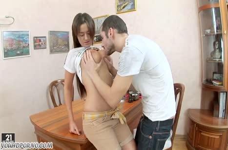 Студентка с большими сиськами любит анальное порно