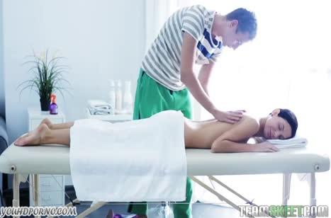 Молодая русская брюнетка испытала массаж и порно