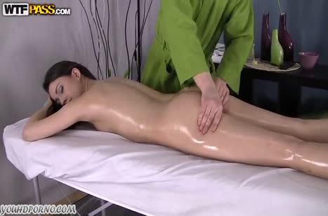 Порно с русской брюнеткой в массажном кабинете