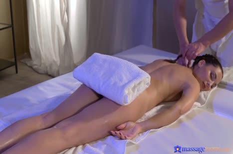 Опытный массажист удовлетворяет русскую мамку