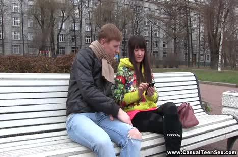 Чел легко соблазнил молодую деваху в парке