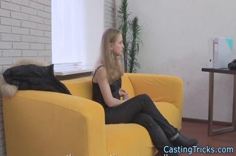 Русская блондиночка решила пройти порно кастинг