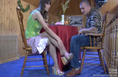 Девка красиво дрочит парню член ногами