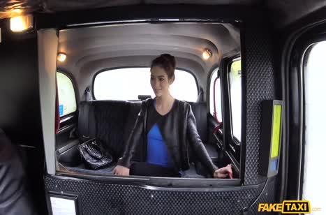 Русская нимфетка не постеснялась трахаться с таксистом