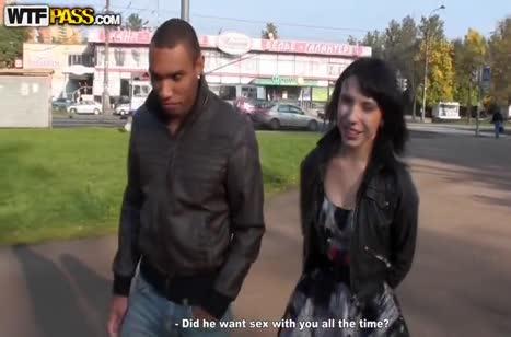 Подснял брюнетку и устроил с ней порно на улице