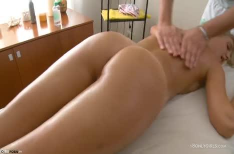 Русская блондинка засветилась на камере у массажиста