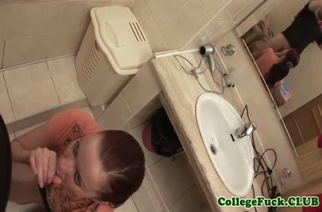 Поц натягивает русскую чиксу в туалете