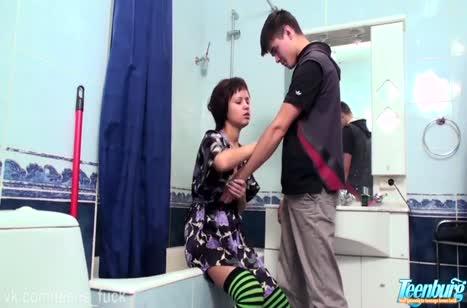 Молодая сучка устроила с бойфрендом порно в туалете