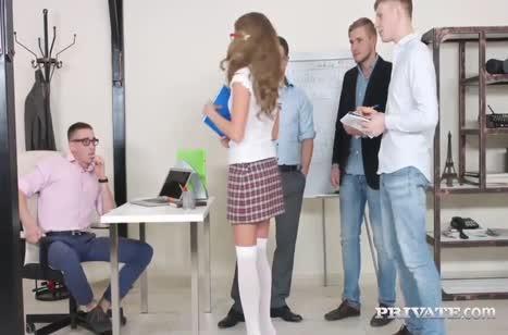 Молодая студентка решилась обслужить четверых