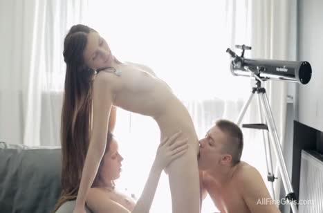 Русские девахи соблазнили чувака на групповое порно