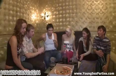 Парни привели пьяных девок и устроили групповуху