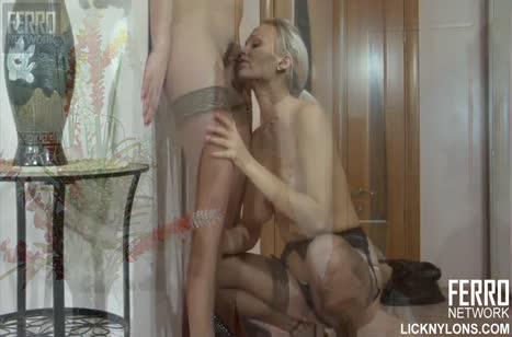Сочные зрелые лесбиянки порадовали друг друга ласками