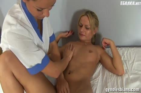 Докторша лесбиянка трахнула пациентку резиновым страпоном