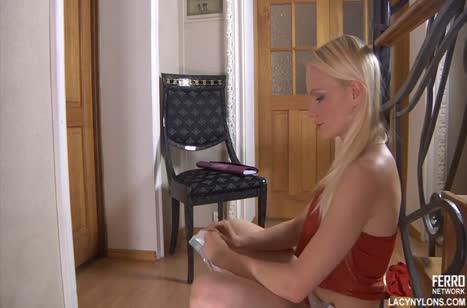 Блондиночка в чулках решила поиграться с вагинкой