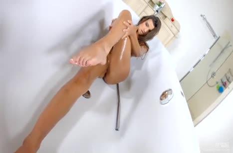 Жопастая бабенка ублажает свою киску в ванной