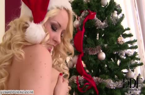Красотка блондинка порадовала себя новогодней мастурбацией