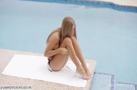 Русская блонди нежно мастурбирует у бассейна