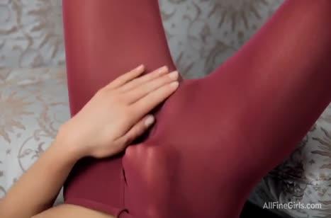 Деваха запустила руку в штанишки и принялась мастурбировать