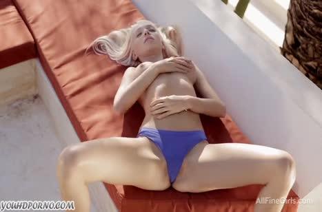 Блондинка с большими сиськами нежно мастурбирует киску