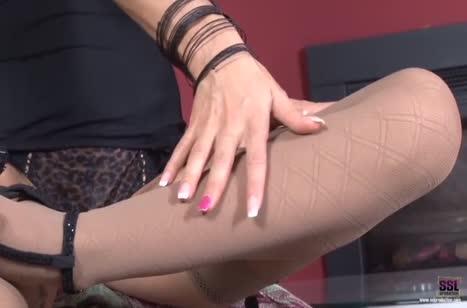 Бабенка одела эротичный прикид и устроила мастурбацию