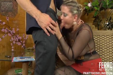 Чика в секс костюме круто работает киской и ротиком