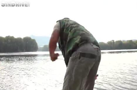 Развратная сучка устроила оргию с рыбаком на лодке