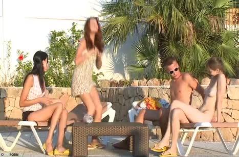 Три девки сами раскрутила парня на групповое порно