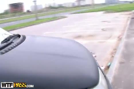 Опытная деваха делает минет прямо в машине