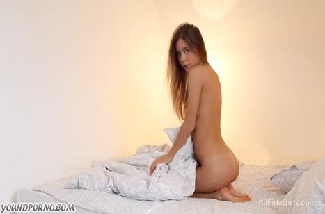 Худенькая студентка сексуально ласкает свое тело