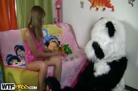 Чел одел костюм панды и чпокнул подругу