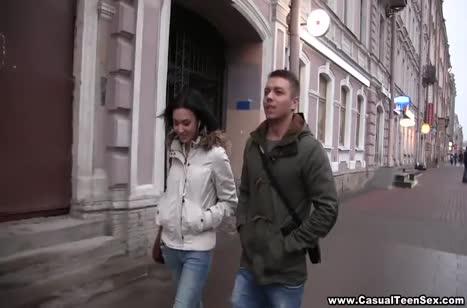 Чел подцепил красотку на улице и соблазнил ее на порно