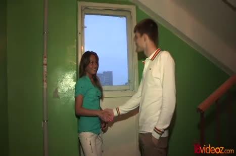 Парниша по всякому трахает русскую подружку в койке
