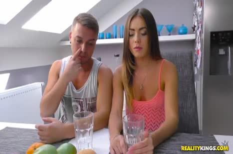 Русское порно с милой молодой гостьей во всех позах