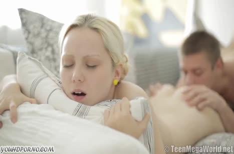 Уложил блондиночку на диван и красиво засадил ей