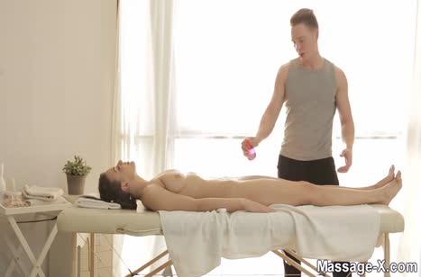 Чика с красиво попкой нежно кувыркается с массажистом