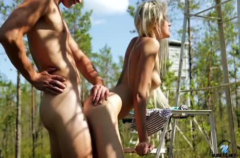 Русская блондинка красиво дрючится с ухажером на природе