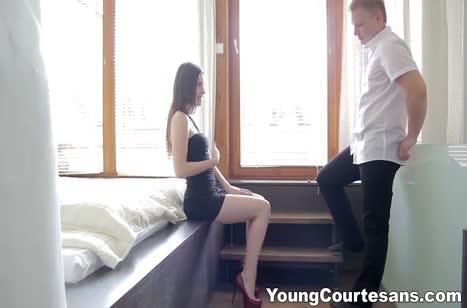 Русская брюнетка улеглась в постель и получила классный трах