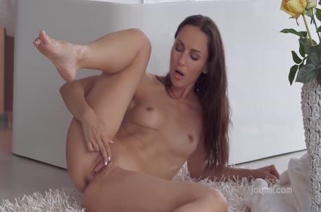 Телочка медленно примеряет писю к секс игрушке