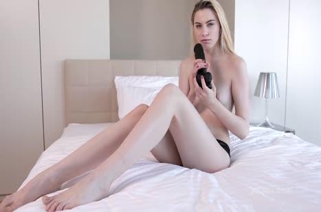 Русская блондинка мило мастурбирует в постельке
