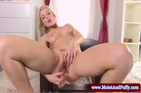 Блондинка ласкает себя и трахает секс игрушкой