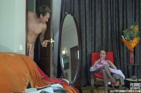 Красивая жена в чулках раздвинула ноги перед мужем