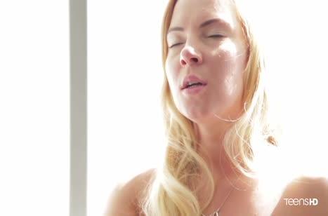 Хрупкая русская блондинка эротично оседлала пенис