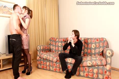 Чувак смотрит как его жену жарит кредитор
